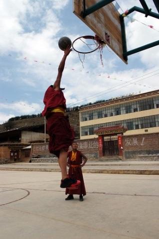 Monje jugando a baloncesto en Shangri La, China